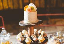 Torta nuziale a piani con cupcake