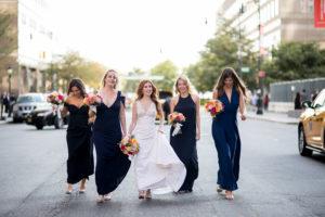 Una passeggiata con le damigelle prima del matrimonio