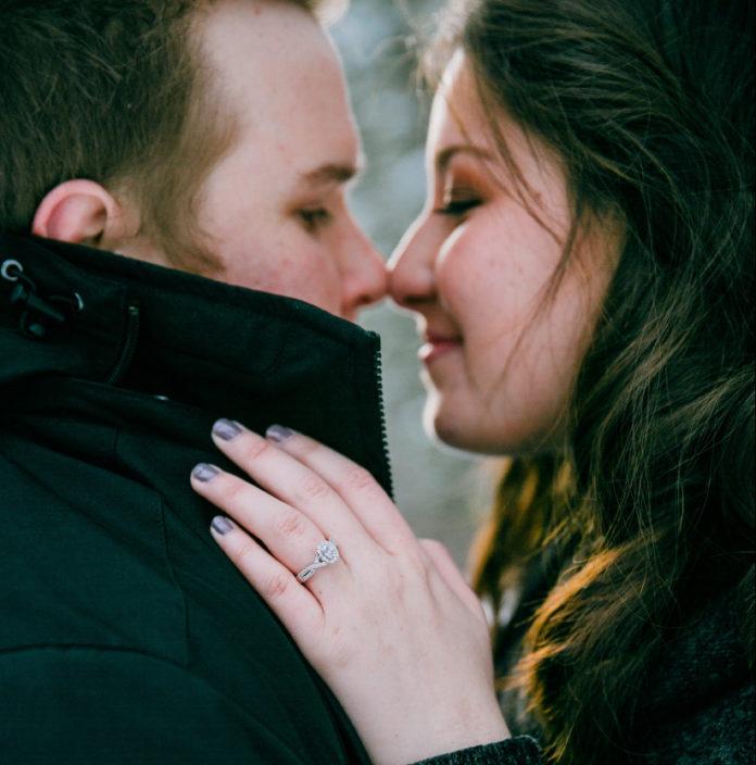 Un bacio eschimese per l'annuncio di fidanzamento