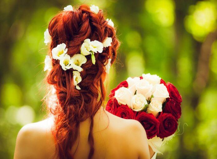 Acconciature floreali da sposa